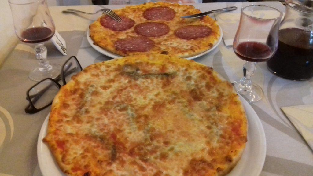 2 pizzas em uma mesa